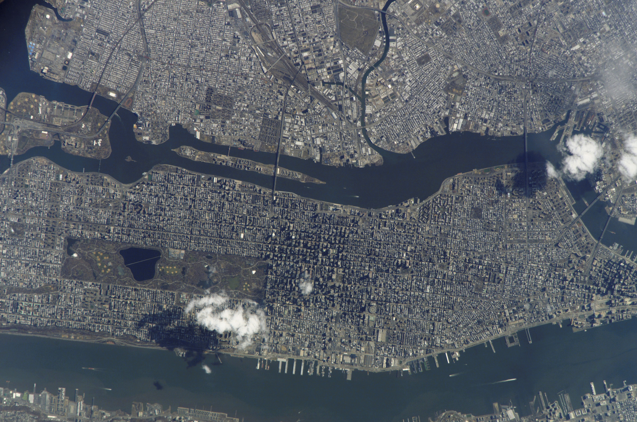manhattan-island-and-its-easily-recognizable-central-parkjpg